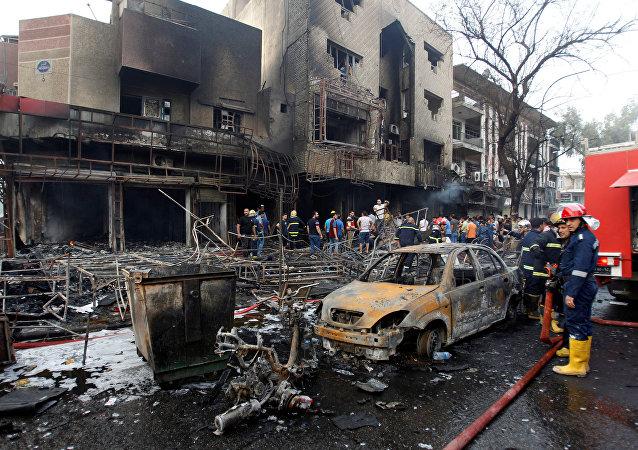 Local da explosão de um carro-bomba em Karrada, na capital iraquiana