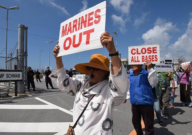 Protesto de habitantes de Okinawa em frente da base em Nago, Japão, junho de 2016