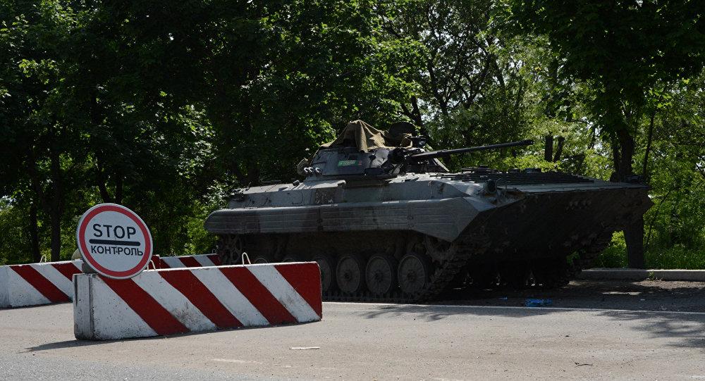 Um veículo de combate de infantaria (VCI) nas ruas de uma cidade ucraniana