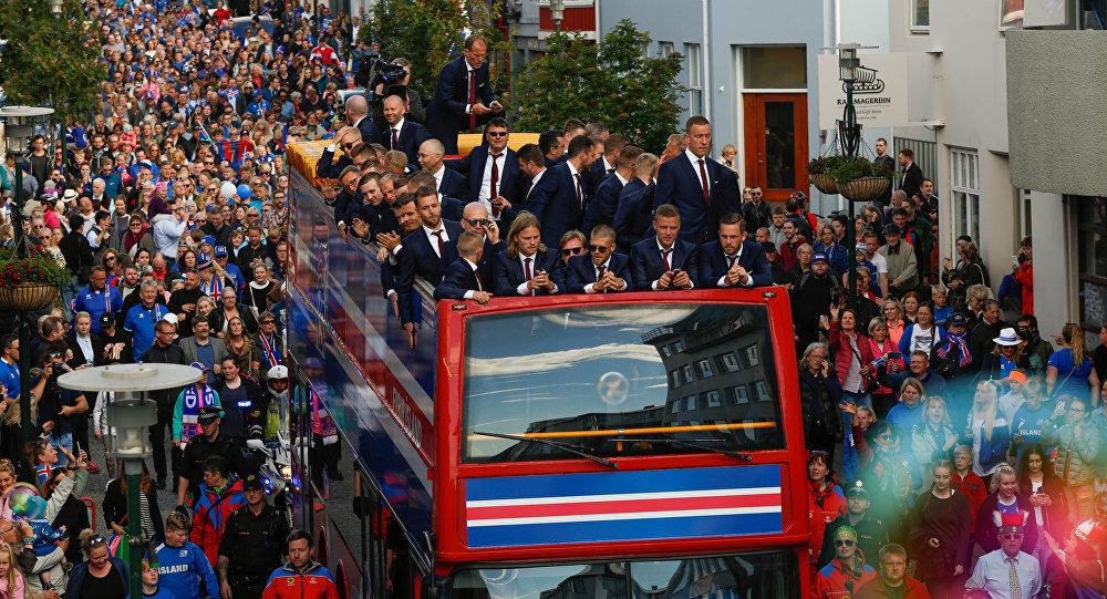 Seleção da Islândia festejada na volta da Euro 2016