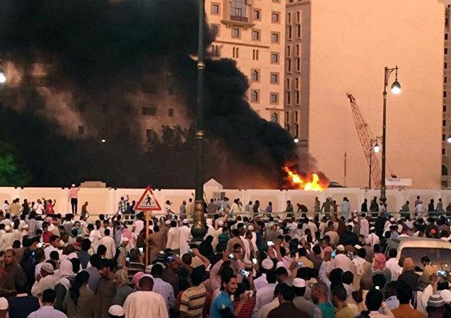 Muçulmanos se reúnem depois de um suicida detonar uma bomba perto da Mesquita do Profeta em Medina, Arábia Saudita, 04 de julho de 2016