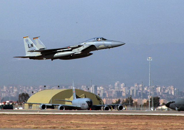 Caça norte-americano F-15 decola da base aérea de Incirlik, Turquia, dezembro de 2015 (foto de arquivo)