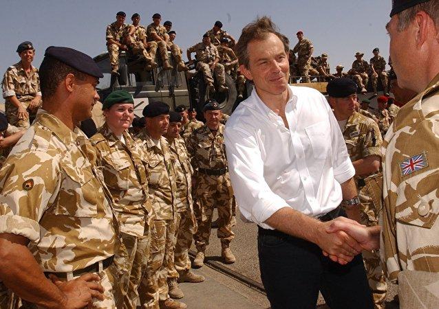 Foto de arquivo. Soldatos britânicos reunem-se com o primeiro-ministro britânico Tony Blair no Iraque. Maio, 29, 2003