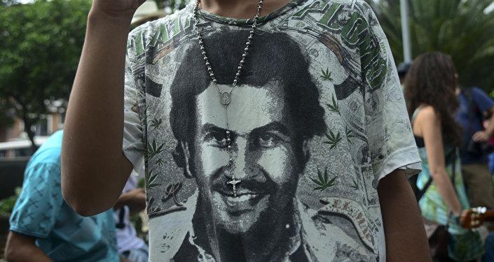 Homem veste camisete com o retrato de Pablo Escobar, famoso chefão de drogas, Medellin, Colômbia, maio de 2016
