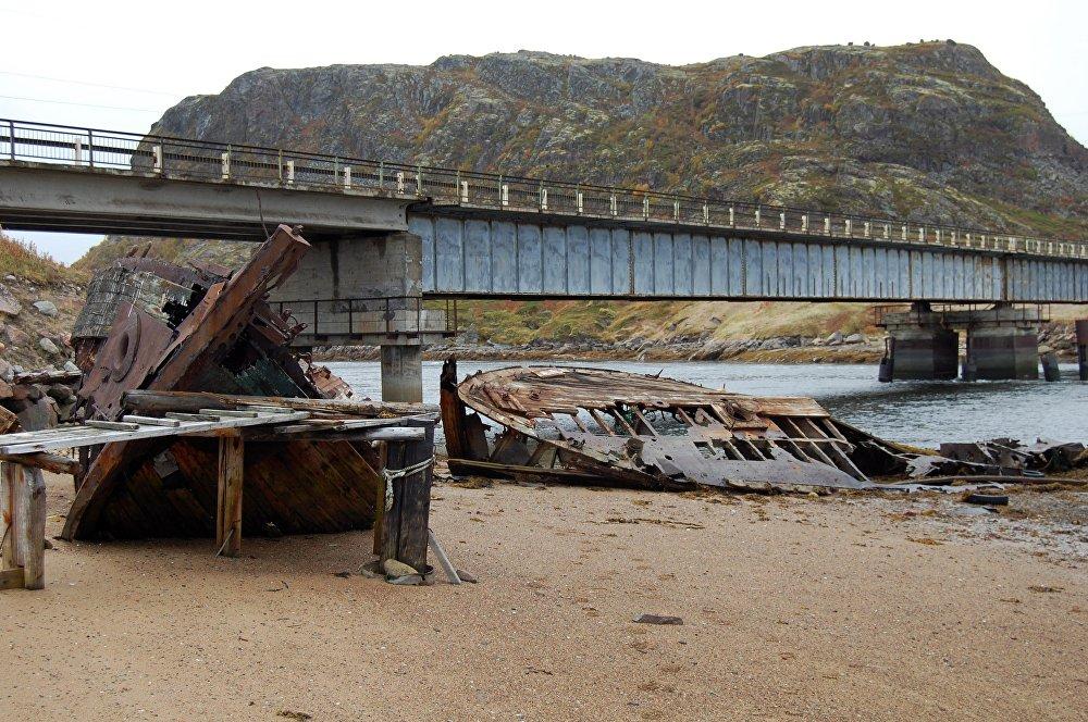 Navios de pesca apodrecendo na costa do Mar de Barents.
