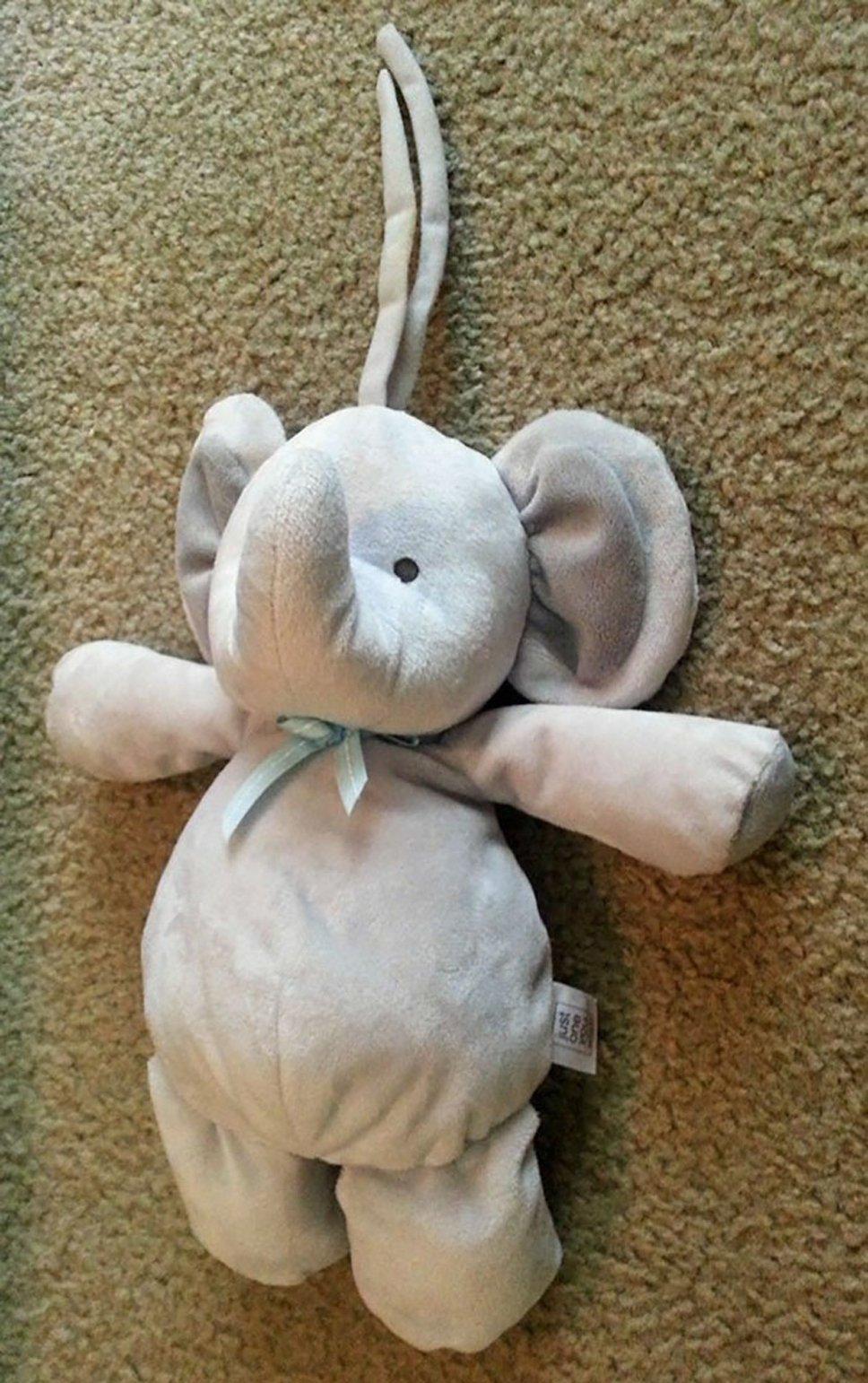 Elefante de pelúcia perdido virou viajante pelo mundo