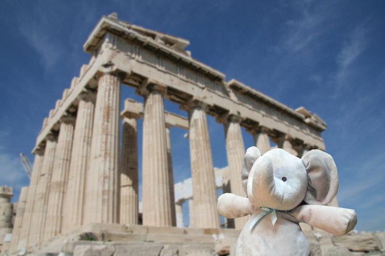 Elefante de pelúcia posa para fotos durante passagem por Atenas