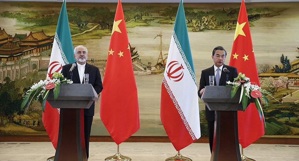 Ministro das Relações Exteriores chinês Wang Yi e o seu homologo iraniano, Mohammad Javad Zarif
