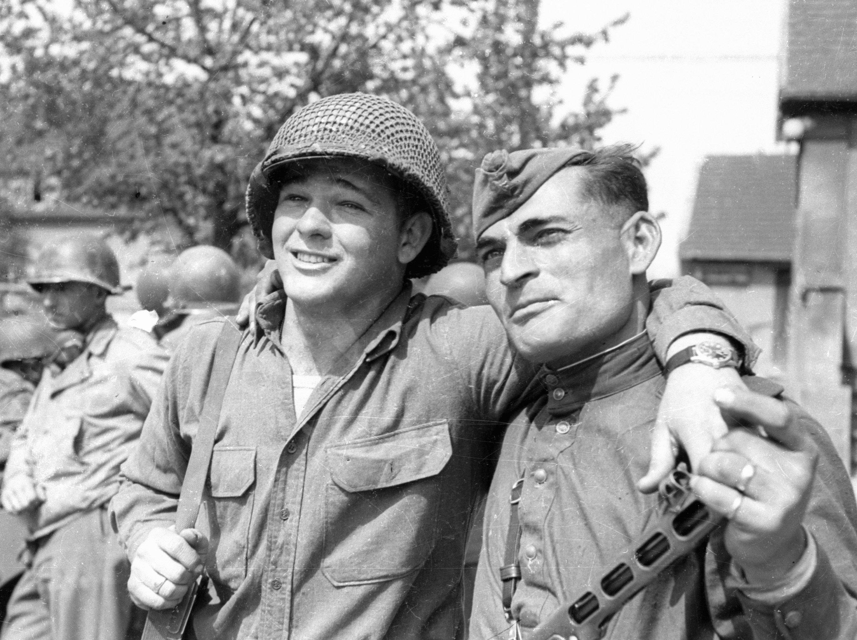 Soldado norte-americano Byron Shiver e o soldado do Exército Vermelho Ivan Numladze durante o encontro de tropas dos aliados nas margens do rio Elba, Alemanha, abril de 1945
