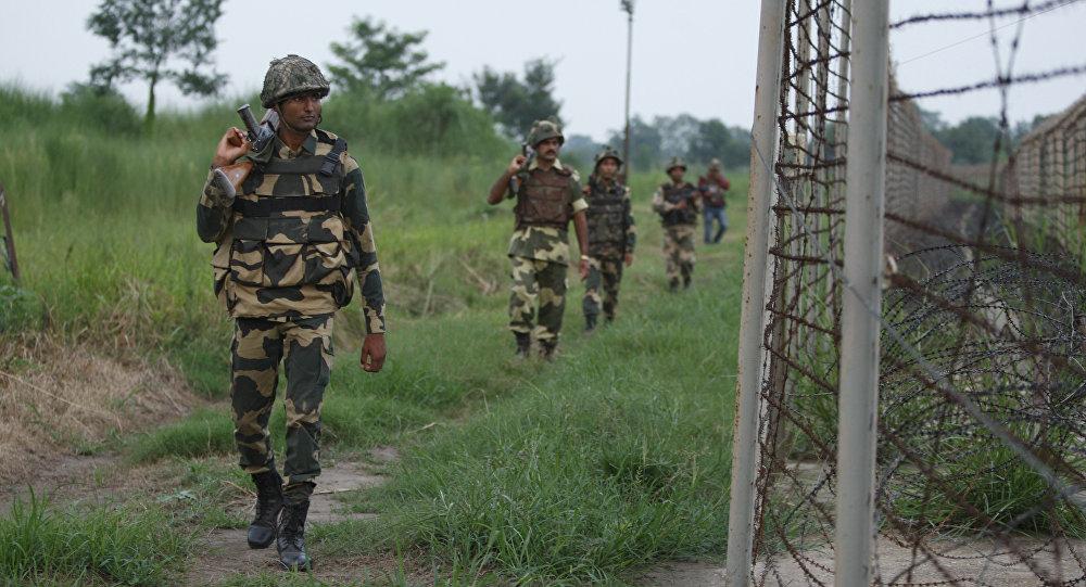 Soldados da Índia patrulham a fronteira do país com o Paquistão, na região da Caxemira (arquivo)
