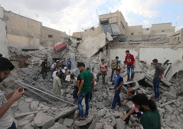 Homens procuram por sobreviventes sob os escombros de um edifício danificado após um ataque aéreo em Aleppo, na área de Qadi Askar, em 8 de julho de 2016.