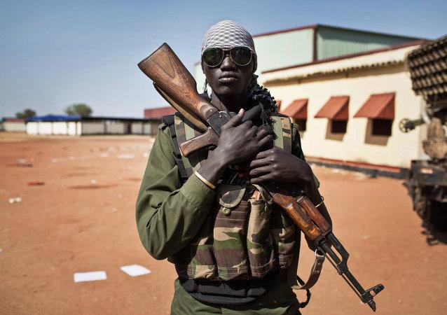 Um militar das forças do presidente do Sudão do Sul