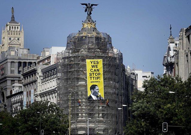 Uma bandeira anti-TTIP em Madrid hasteada pelos ativistas de Greenpeace