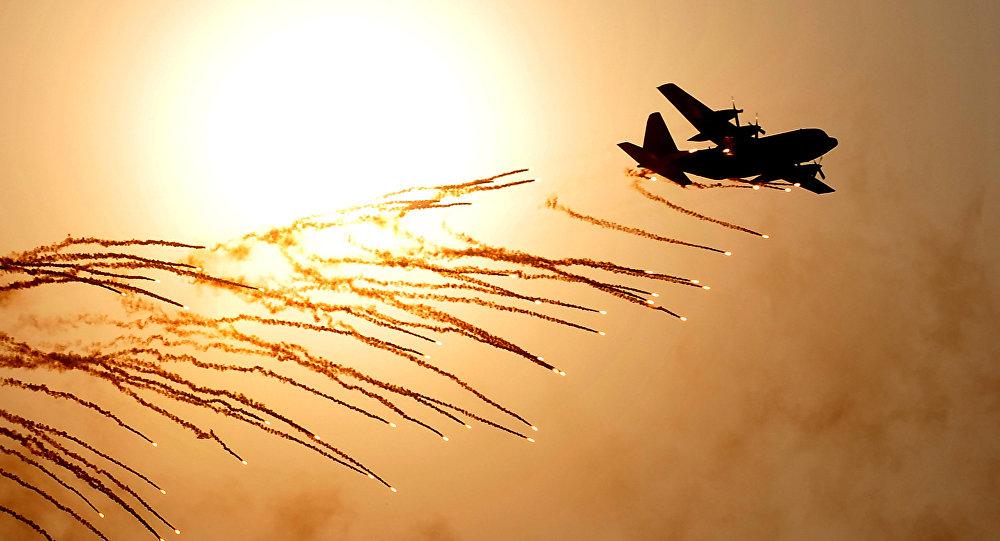 Um Hércules C-130 no pôr do sol (foto de arquivo)