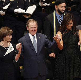 George Bush se balouçava ao ritmo da canção patriótica americana.