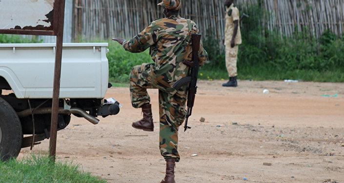 Um policial do Sudão do Sul patrulhando uma rua em Juba após confronto de 10 de julho de 2016