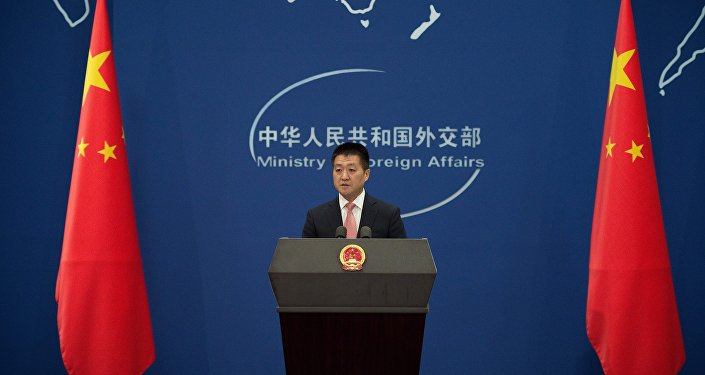 O porta-voz da chancelaria chinesa, Lu Kang, fala durante uma coletiva de imprensa em Pequim, em 13 de julho de 2016