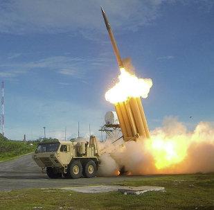 Dois sistemas de THAAD são lançados durante um teste de interceptação bem sucedido.