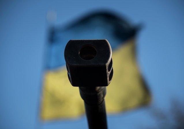 Canhão e bandeira ucraniana em Donbass