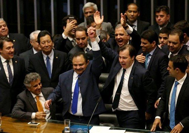 Deputado Rodrigo Maia celebrando após ser eleito como o novo presidente da Câmara