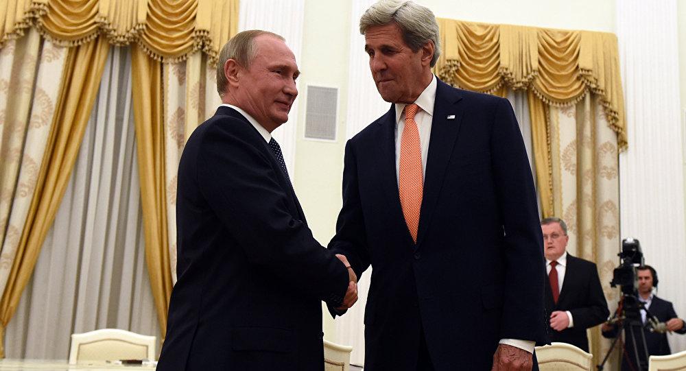 O presidente russo, Vladimir Putin, recebe o secretário de Estado dos EUA, John Kerry, em Moscou