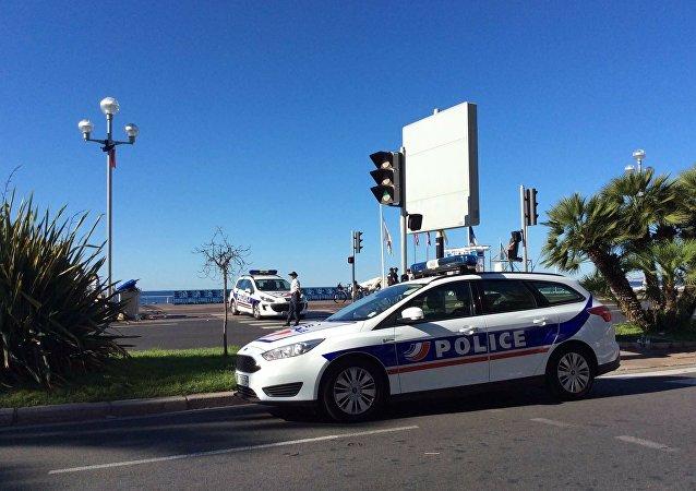 Viaturas policiais perto de local do atentado ocorrido na noite do Dia da Tomada da Bastilha em França, Nice, 15 de julho de 2016