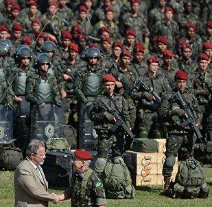 Ministro da Defesa, Raul Jungmann, acompanha o treinamento da Brigada de Infantaria Paraquedista para os Jogos Olímpicos e Paralímpicos Rio 2016, na Vila Militar, em Deodoro, zona oeste da capital.