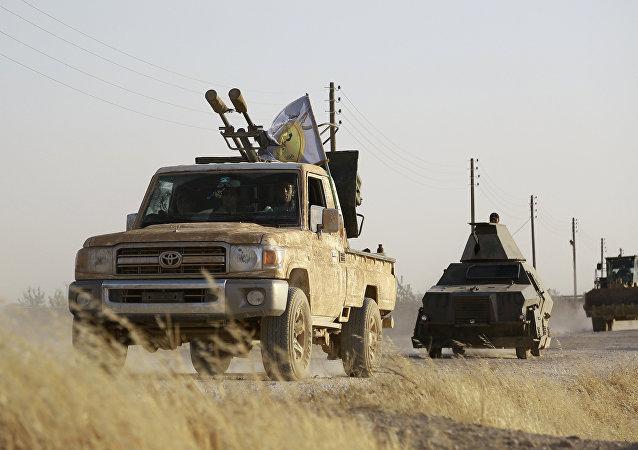 Militantes curdos e árabes apoiados pelos EUA avançam em Manbij, no norte da Síria, em 23 de junho de 2016