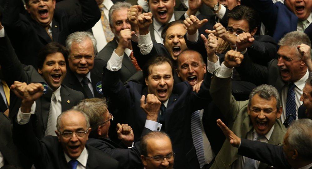Rodrigo Maia comemora, no plenário, sua eleição para a Presidência da Câmara