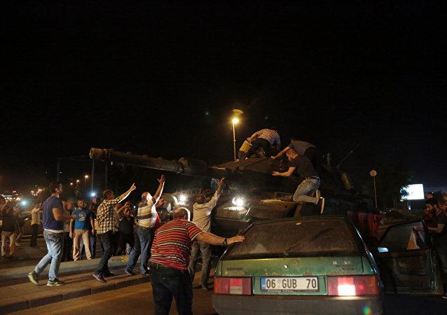 Povo nas ruas durante a tentativa de golpe militar na Turquia, em julho de 2016