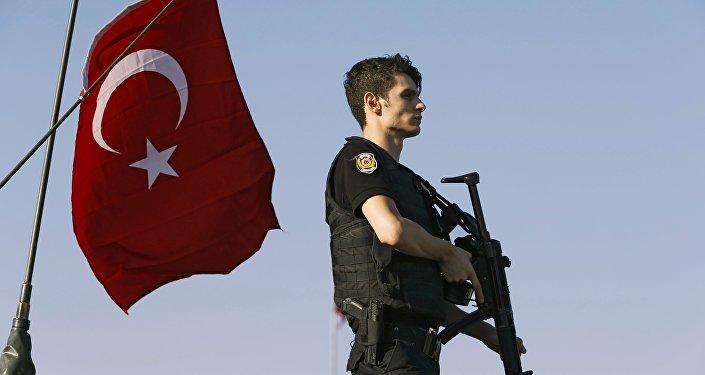 Um policial durante o golpe do Estado na Turquia