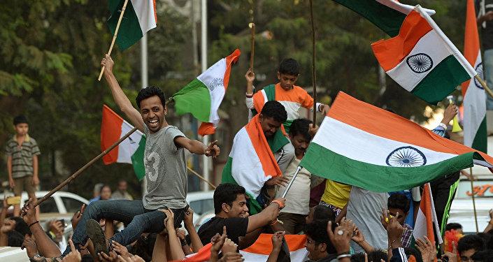 Fãs indianos acenam bandeiras nacionais depois que a Índia ganhou o jogo na Copa do Mundo de Cricket 2015 cricket contra o Paquistão, nas ruas de Mumbai. 15, fevereiro, 2015