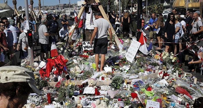 Flores em homenagem às vítimas do ataque
