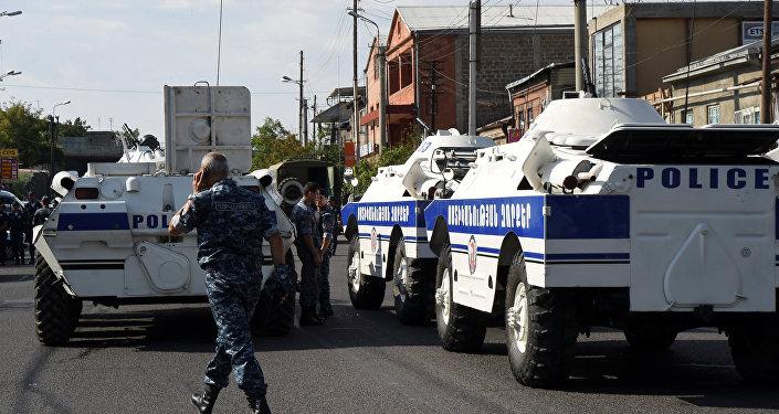 Um grupo armado da oposição tomou na manhã de domingo (17) uma delegacia com o pessoal e exige a renúncia das autoridades armênias.