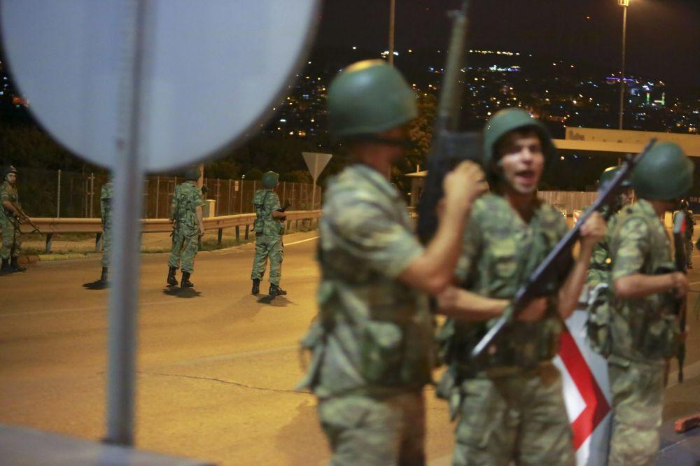 Soldados turcos na ponte sobre o Bósforo