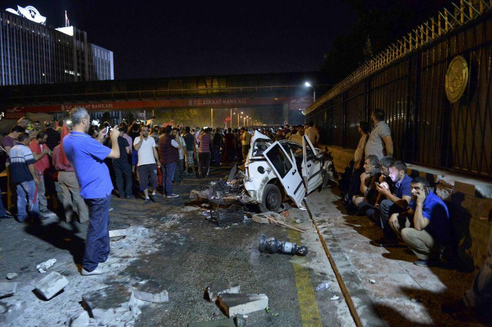 Carro de polícia, destruído por um tanque perto do Estado-Maior General, em Ancara