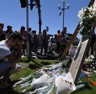 Flores no local da morte de vítimas do atentado em Nice