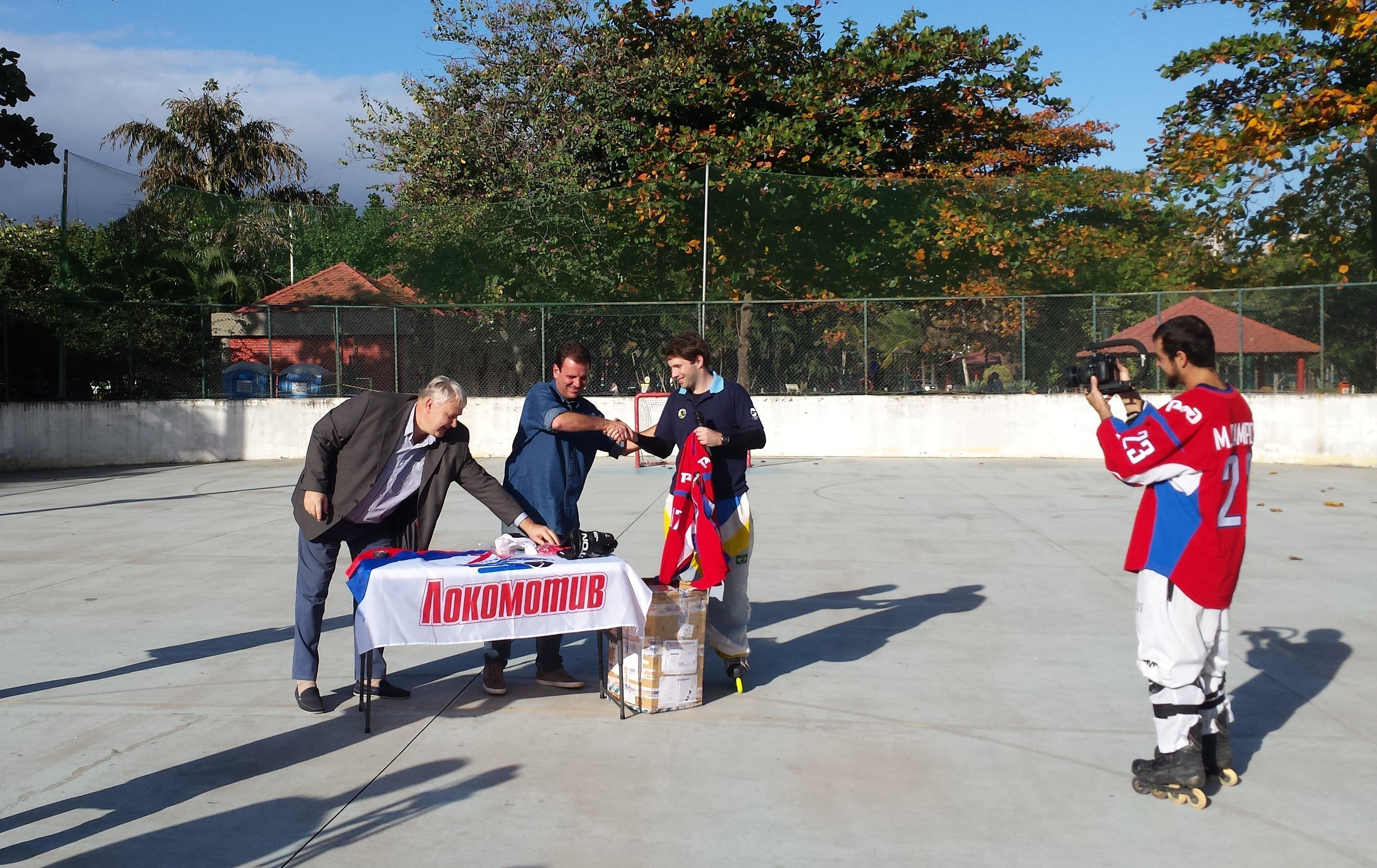 Cônsul da Rússia na capital fluminense e prefeito entregam os uniformes enviados pelos torcedores do Lokomotiv Yaroslavl ao Lokomotiv Rio