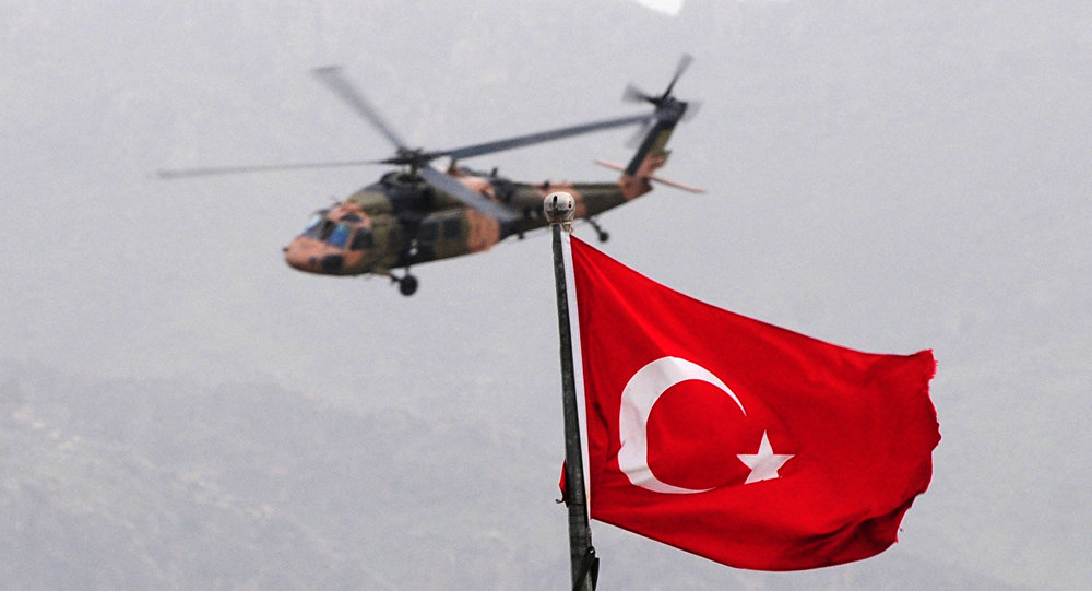 Helicóptero turco perto da fronteira com o Iraque