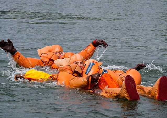 Cosmonautas da EEI treinam sobrevivência aquática na Rússia