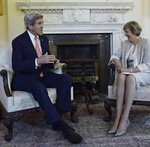 Secretário de Estado dos EUA, John Kerry, e nova primeira-ministra da Grã-Bretanha, Theresa May