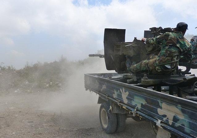 Militares sírios durante um combate na província de Hama