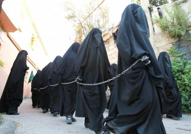 Mulheres de hijab encadeadas (imagem referencial)
