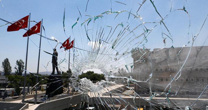 Segundo o presidente Erdogan, a medida é necessária para erradicar elementos terroristas envolvidos no golpe