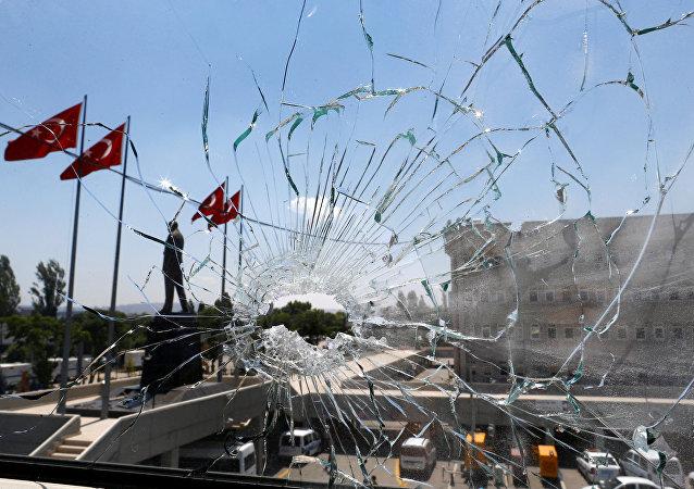 Janela quebrada em delegacia de polícia de Ancara, Turquia