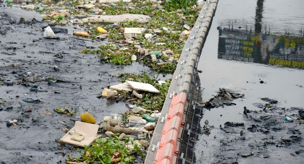 Ecobarreira instalada no Rio Meriti para evitar que o lixo flutuante chegue à Baía de Guanabara