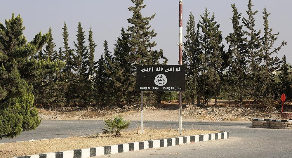 Bandeira do Daesh perto do bastião dos jihadistas em Manbij no norte da Síria