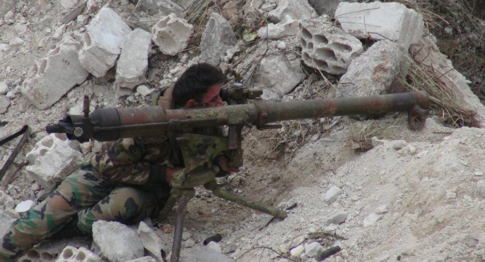 Um soldado do exército sírio aguardando o inimigo aparecer (foto de arquivo)