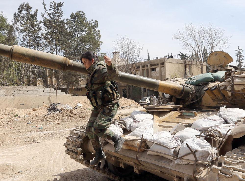 Mulher soldada salta de um tanque durante confrontos com insurgentes na área de Jobar