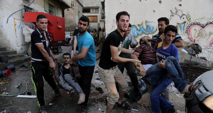 Palestinos ajudam a carregar feridos